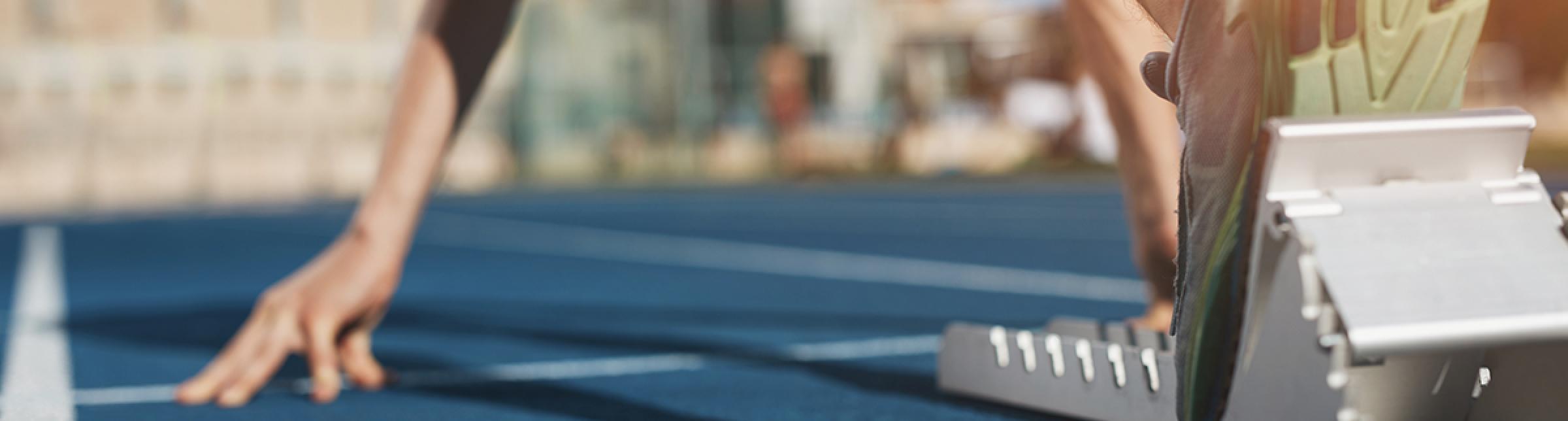 Un corridore pronto alla partenza dai blocchi su una pista di atletica