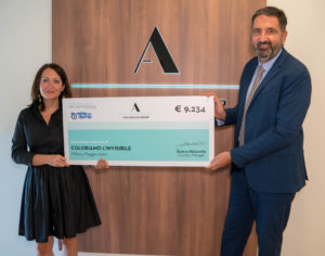 Monica Magri consegna l'assegno di The Adecco Group a Francesco Reale